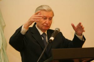 Жест вице-президента РИА Ю.П. Баталина характеризует, как идет творческий процесс в академии