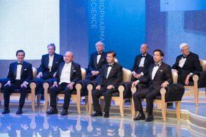 Церемония вручения Премии Тан в сентябре 2014 года (слева-направо:  президент Тайваня Ма Ин-Цзю (Ma Ying-Jeou),  основатель Премии доктор Самуэл Ин (Samuel Yin), нынешний президент Академии доктор Чи-Хуэй Вонг (Chi-Huey Wong), руководитель Фонда Премии Тан Дженн-Чуан Черн (Jenn-chuan Chern)